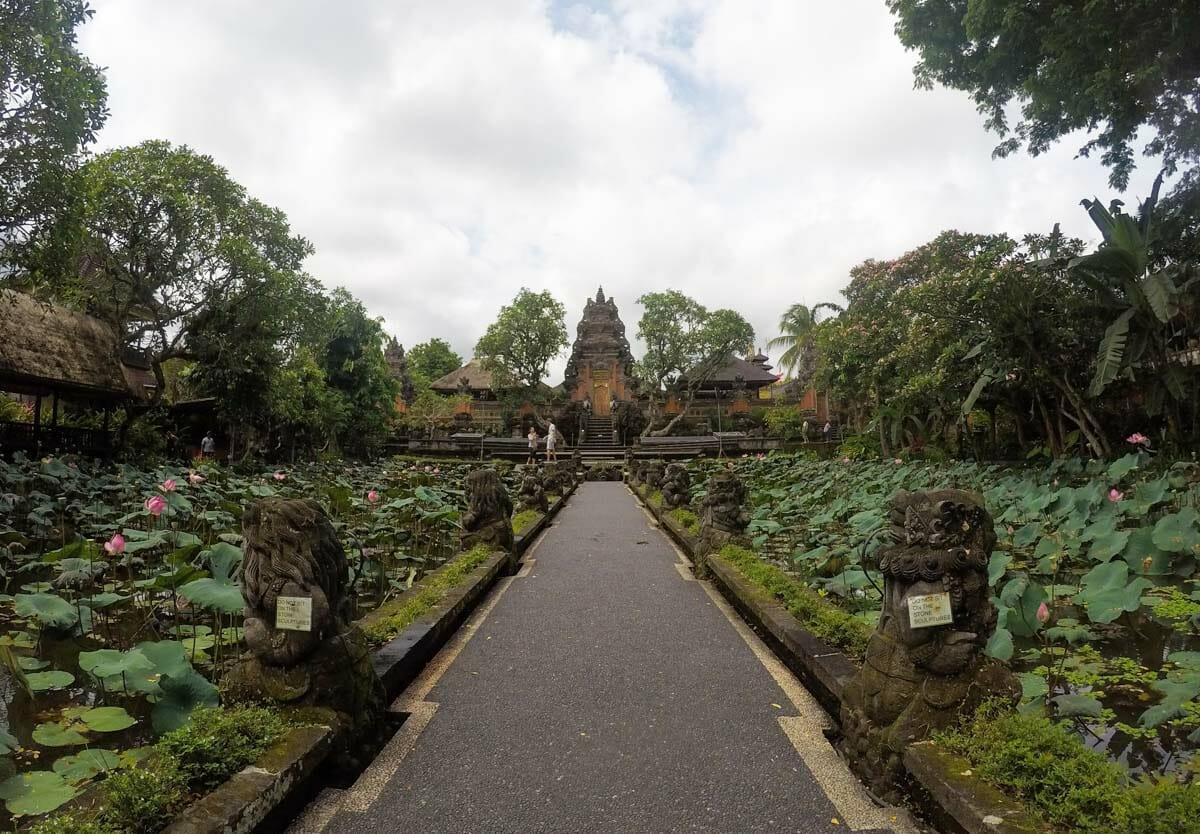 que faire a ubud bali sarawasti temple